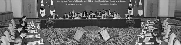 成允模・産業通商資源部長官(左中央)が22日、中国北京釣魚台で鍾山・商務部部長、梶山弘志・経済産業相が参加した中で第12回韓日中経済通商相会議を行っている。[写真 産業通商資源部]