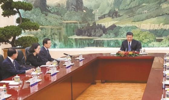 2017年5月12日、文在寅大統領の特使として訪中した李海チャン(イ・ヘチャン)議員(左上)が習近平国家主席と会談している。この日の座席配置をめぐり「冷遇」という声が出てきた。[北京共同取材団]