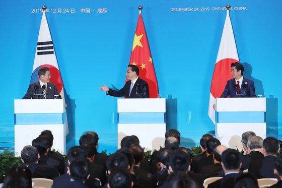 韓日中首脳会談を終えた中国の李克強首相が24日(現地時間)、四川省成都世紀城国際会議センターで共同メディア発表を行っている。左から韓国の文在寅大統領、李首相、日本の安倍晋三首相。[写真 青瓦台写真記者団]