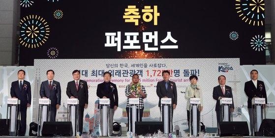 26日、韓国仁川国際空港で開かれた最大外来観光客突破記念行事の場面。[写真 韓国文化体育観光部]