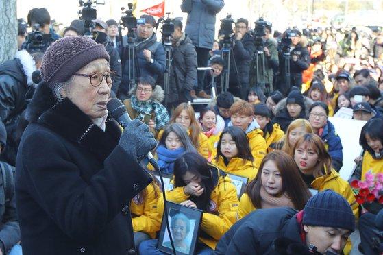 今年1月に亡くなった日本軍慰安婦被害者の金福童(キム・ボクドン)さんを扱ったドキュメンタリー『金福童』のワンシーン。[写真 at9 Film]