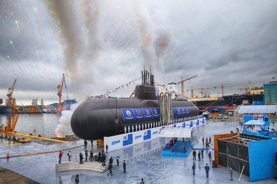 昨年9月に大宇造船海洋で開かれた進水式で公開された「島山安昌浩」。韓国初の3000トン級潜水艦で、弾道ミサイルを搭載できる最新鋭艦艇。[青瓦台写真記者団]