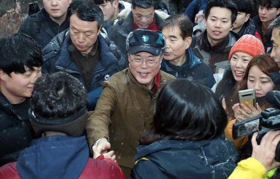 文大統領が1日午前、「2019年を輝かせた義人」7人とソウル広津区峨嵯山を登山した。[写真 青瓦台写真記者団]