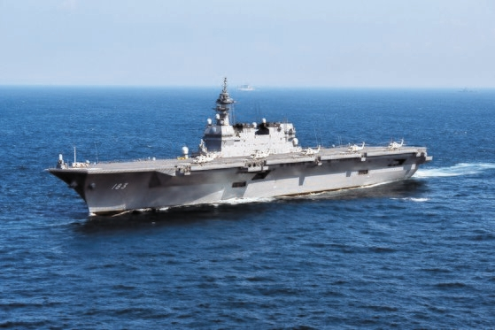 日本の護衛艦「いずも」。ヘリコプター搭載艦として運用されている「いずも」はF35Bを搭載する空母に改造することができる。[中央フォト]