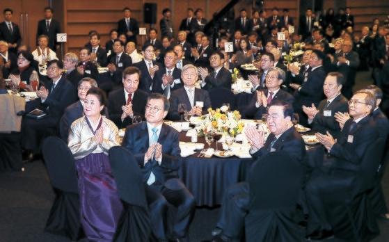文在寅大統領と参加者が今月2日、ソウル大韓商工会議所で開かれた新年合同挨拶会で拍手をしている。[写真 青瓦台写真記者団]