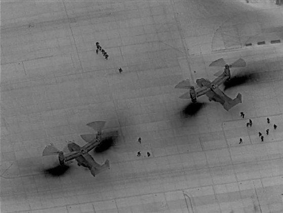 米海兵隊が昨年12月31日、イラクのバグダッド空港で垂直離着陸輸送機MV-22オスプレイに搭乗している。この兵力は在イラク米大使館の警備を強化するため派兵された。夜中に無人機ドローンが赤外線(IR)カメラで撮影したとみられる。[写真 米海兵隊]