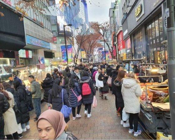 昨年12月、ソウル明洞(ミョンドン)通りが外国人観光客で込み合っている。チュ・インヨン記者