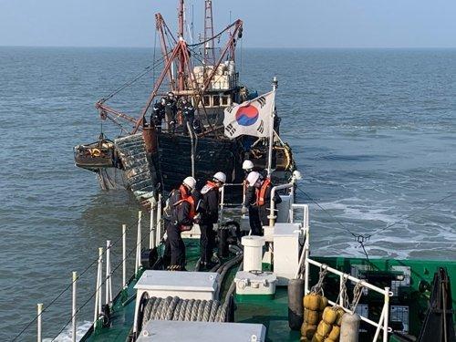 海洋警察に拿捕された中国漁船。[写真 中部地方海洋警察]
