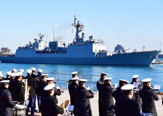 昨年12月27日、釜山作戦基地から清海部隊31陣の駆逐艦「王建」が出港している。[写真 海軍作戦司令部]