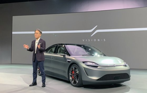 ソニーの吉田憲一郎社長が6日(現地時間)、米ラスベガスで開催された「CES2020」で電気自動運転コンセプトカー「VISION-S」を紹介している。[写真 ソニー]