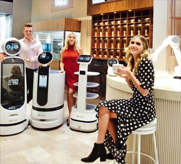 <サービスして料理するLGロボット軍団>LGエレクトロニクスのモデルが7日に米ラスベガスで開幕した「CES2020」展示ブース内でレストランサービスロボットを紹介している。[写真 LGエレクトロニクス]