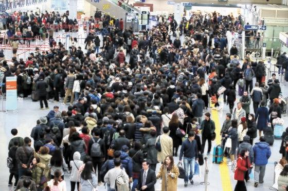 3日午前、金海国際空港国際線の出国フロアは、学校の冬休みと冬のホリデーシーズンが重なり海外旅行をしようとする観光客で大変混雑していた。ソン・ポングン記者