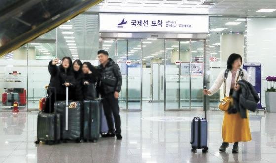韓国のある空港の国際線入国フロアの様子。2018年韓国の8カ所の国際空港から出国した内国人は2771万人で、入国外国人の約2倍に達した。ソン・ポングン記者