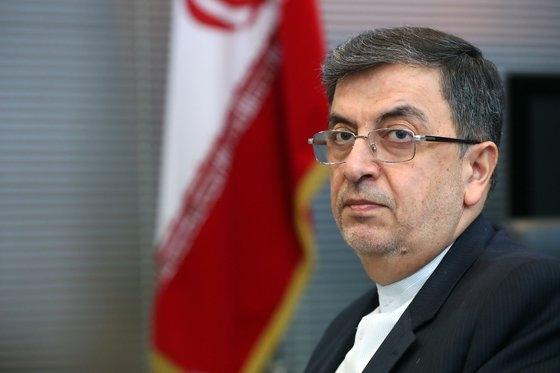 サイド・シャーベスタリー駐韓イラン大使が9日、ソウル龍山区(ヨンサング)駐韓イラン大使館で中央日報とインタビューをしている。イランのイラク米軍記者へのミサイル攻撃後初めてのインタビューだ。大使の後ろにイランの国旗が見える。キム・ソンニョン記者