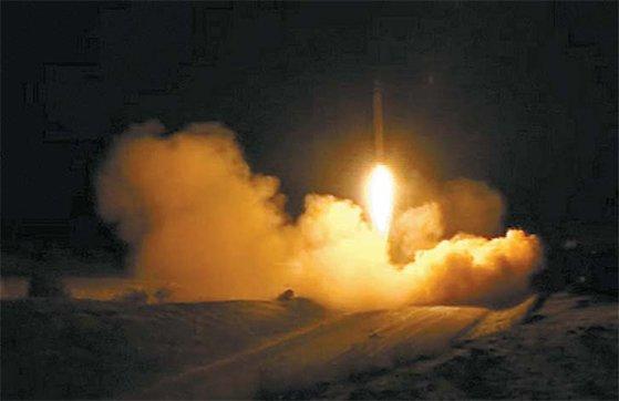 8日にイラクのアル・アサド米軍基地に向け発射されるイランのミサイル。[イランテレビ キャプチャー]