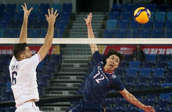 11日に中国の江門で開かれた男子バレーボール2020東京五輪アジア予選準決勝でイランとの試合に出たチョン・グァンイン(右)。[写真 韓国バレーボール連盟]