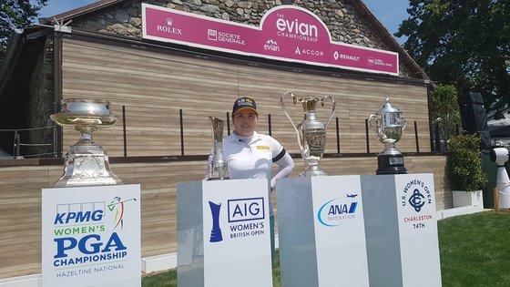 昨年7月のエビアン・チャンピオンシップで自身が持ち上げたメジャー大会の優勝トロフィーとともに立つ朴仁妃。キム・ジハン記者