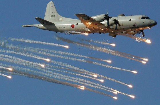 日本自衛隊が2006年10月25日、東京付近の相模湾で軍事訓練を実施した。写真は航空自衛隊所属のP-3C哨戒機の熱追跡ミサイルを締め出すためのフレア(高温の閃光弾)を発射しながら飛行している姿。[中央フォト]