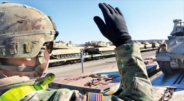 <米第2戦闘旅団、韓国に向け出発>米カンザス州フォートライリー基地に駐留中である米陸軍第1歩兵師団隷下第2戦闘旅団は8日、韓国に循環配備される先端戦車などの部隊装備を鉄道を利用して輸送し始めた。この部隊は第1機甲師団隷下第3戦闘旅団に代わり韓国に9カ月ほど駐留する予定だ。[米陸軍第2戦闘旅団SNSキャプチャー]