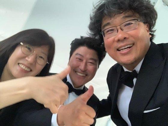 映画『パラサイト』が昨年5月、韓国映画で初めてパルムドールを受賞したカンヌ映画祭で製作者のクァク・シネ代表、俳優ソン・ガンホ、ポン・ジュノ監督の明るい姿。クァク代表が自身のフェイスブックに掲載したもの。[フェイスブック キャプチャー]