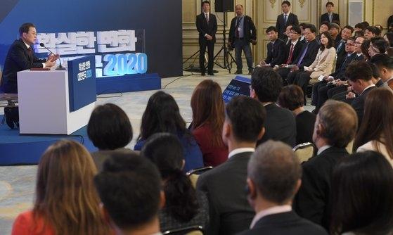 文在寅大統領が14日に青瓦台迎賓館で新年記者会見をしている。[写真 青瓦台写真記者団]