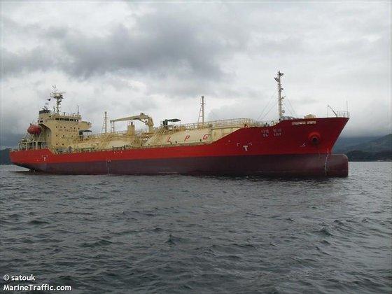 インドネシア海軍に抑留されたLPガス輸送船[写真 マリントラフィック]