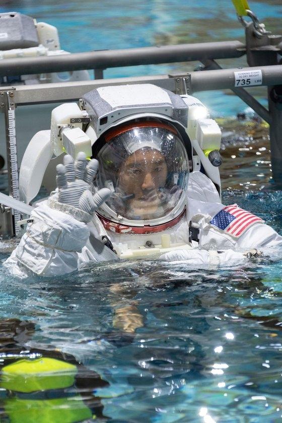 韓国系医師出身のジョニー・キム氏が米国航空宇宙局(NASA)の月・火星探査プロジェクト「アルテミス計画」の任務を遂行する宇宙飛行士リストに入った。[写真 NASA]