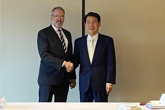 今月14日から2日間にわたり、米国ワシントンD.Cで開かれた第11次韓米防衛費分担金特別協定(SMA)交渉で、鄭恩甫・韓米防衛費分担交渉大使(右)とジェームス・ディハート米国務省防衛費分担交渉代表(左)が握手している。[写真 韓国外交部]