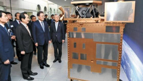 文大統領が粒子状物質の観測衛星「千里眼2B」を見ている。[写真 青瓦台写真記者団]