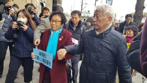 三菱重工業朝鮮女子勤労挺身隊被害者の梁錦徳(ヤン・クムドク)さん(左)と「名古屋三菱・朝鮮女子勤労挺身隊訴訟を支援する会」の高橋信共同代表が17日、東京の三菱本社に要請書を伝えるため入っている。 ユン・ソルヨン特派員