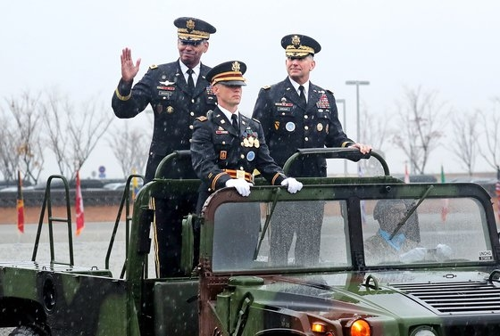 韓米連合司令官離任式・就任式が2018年11月に京畿道平沢市のキャンプ・ハンフリーズで開かれた。新任のエイブラムス司令官(右)と離任するブルックス前司令官が儀仗隊を査閲している。[中央フォト]