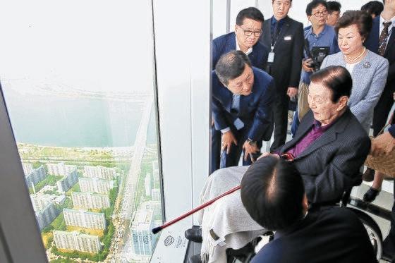 2017年5月に辛名誉会長が役員社員らとともにソウル・松坡区のロッテワールドタワー展望台「ソウルスカイ」を視察している。[写真 ロッテホールディングス・21世紀ブックス]