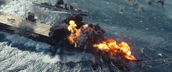 1942年6月5日のミッドウェイ海鮮を扱った映画『ミッドウェイ』で、日本の空母が米国の急降下爆撃機の攻撃を受けて爆発している。[写真 ヌリピクチャーズ]