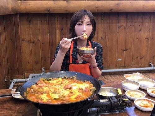 韓国を訪れたユーチューバーの木下ゆうかが議政府でプデチゲ4人分を食べている様子。(写真提供=木下ゆうか)