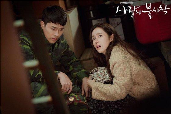 韓国財閥の娘ユン・セリ(ソン・イェジン扮)が偶然北朝鮮に行き、エリート将校で総政治局長の息子リ・ジョンヒョク(ヒョンビン扮)と恋に落ちるという内容のtvNドラマ『愛の不時着』[tvNホームページ キャプチャー]