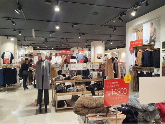 昨年10月15日、ソウルのあるユニクロ店舗の様子。[写真 中央フォト]