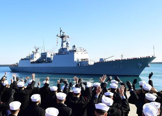 韓国国防部が21日、ホルムズ海峡一帯に派遣した清海部隊の駆逐艦「王建」の様子。写真は先月27日、釜山(プサン)海軍作戦司令部で王建が出港するときのもの。[写真 韓国海軍作戦司令部]