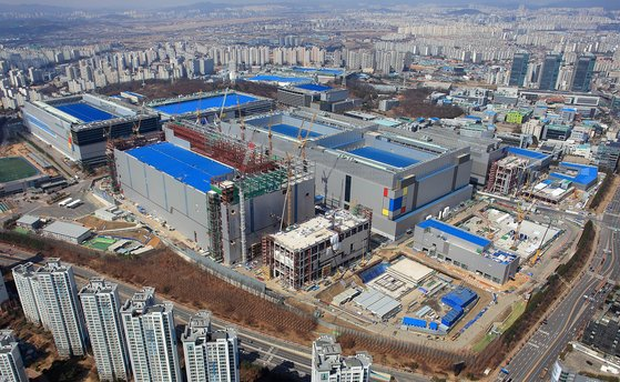 サムスン電子はEUV工程を備えた華城キャンパスのファウンドリー生産ラインでベンチャーファブレスが設計した各種チップを生産する計画だ。[写真 サムスン電子]
