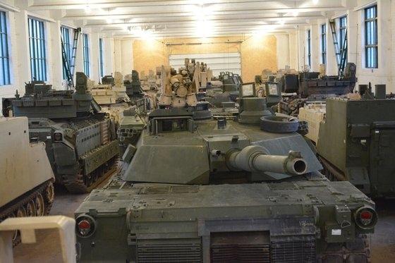 米陸軍がリトアニアに保管中のM1エイブラムスやM2ブラッドレー歩兵戦闘車など機甲装備。[写真 米陸軍]
