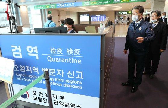 韓国保健福祉部の朴凌厚(パク・ヌンフ)長官が23日午後、新型コロナウイルス感染症関連の対応現場である国立仁川空港検疫所を点検している。[写真 保健福祉部]