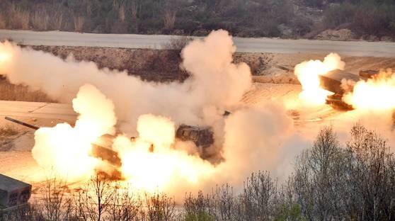 「2017統合火力撃滅訓練」でMLRS(多連装ロケット砲)が火力演習のデモンストレーションを行っている。[中央フォト]
