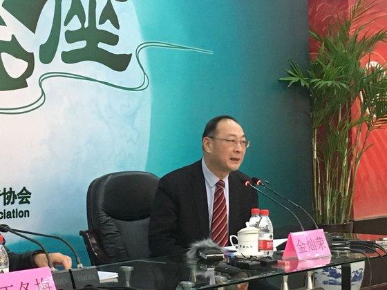 中国人民大国際関係学院の金燦栄副院長が昨年12月4日、北京記者協会セミナーで米中関係について説明している。[写真=シン・ギョンジン記者]