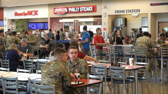 米軍将兵が在韓米軍平沢基地キャンプ・ハンフリーズの食堂街で食事をしている。[映像キャプチャー カン・テソク記者]