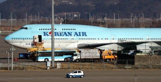 韓国政府は31日、中国武漢から海外同胞350~360人を輸送する計画だと明らかにした。海外同胞輸送に投入される大韓航空チャーター機が待機している。チェ・チョンドン記者