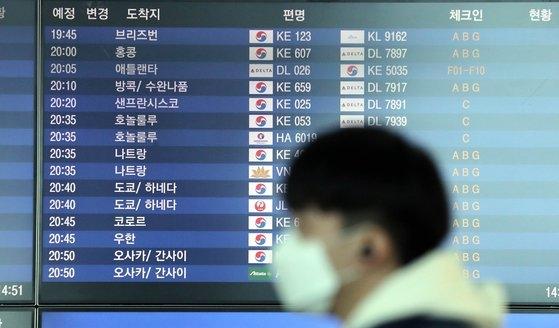大韓航空チャーター機が30日午後8時45分、中国武漢と近隣地域に滞在する韓国人を輸送するために出発する。写真の中で仁川国際空港第2ターミナルの電光掲示板には武漢行き飛行機の便名と時間が表示されている。チェ・チョンドン記者