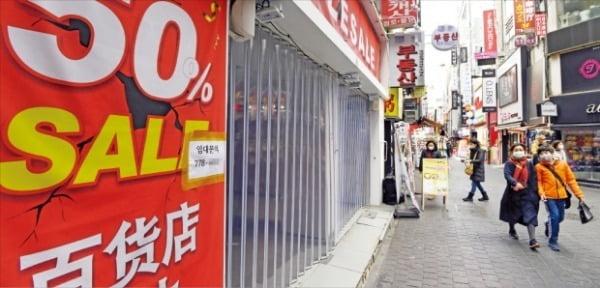武漢肺炎を憂慮してソウル明洞(ミョンドン)の商店街を訪れる人々が大幅に減少した。30日、観光客がマスクをして明洞を歩いている。 ホ・ムンチャン記者