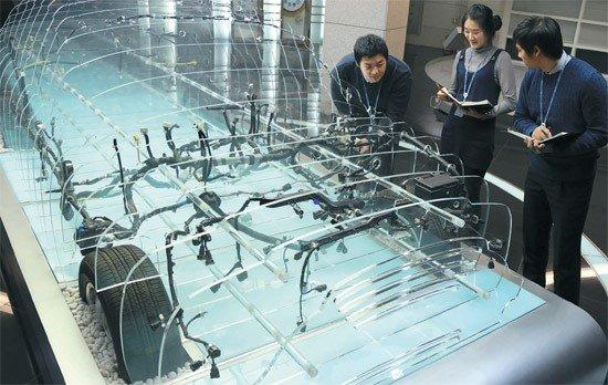 現代・起亜自動車にワイヤーハーネスを納品する京信の従業員が製品をチェックしている。[写真 京信]