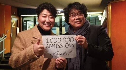 ポン・ジュノ監督と俳優ソン・ガンホが映画『パラサイト 半地下の家族』の日本観客動員数100万人突破を記念して、直筆メッセージで感謝を伝えた。
