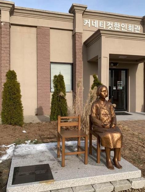 コネチカット韓国人会館前の「平和の少女像」[写真 コネチカット韓人会]