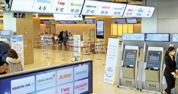 <閑散とする金浦空港国内線窓口>新型肺炎拡散で旅行需要が急減する中、11日の金浦空港の国内線窓口も閑散としている。カン・ウング記者